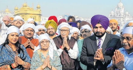Advani at Sri Darbar Sahib with other right-wing Hindu Fascists