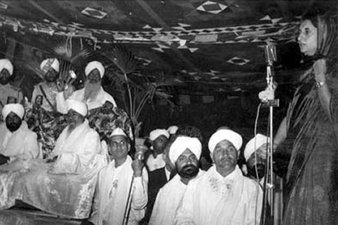 Indra Gandhi in the court of Narakdhari Gurbachan Sinh